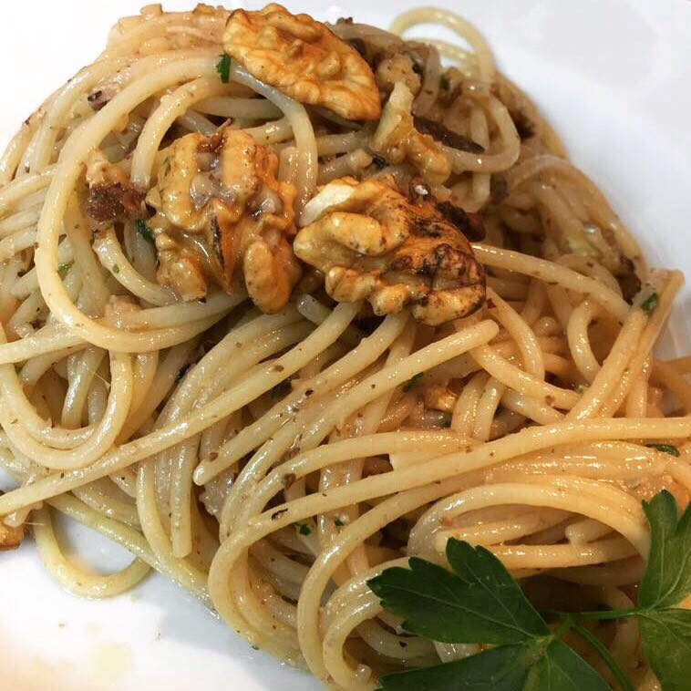 Spaghettoni quadrati con alici di Cetara e noci sorrentine